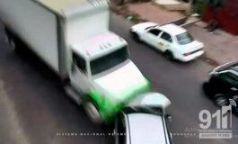 Cámaras del 911 captan fuerte choque entre camión y turismo en Tegucigalpa