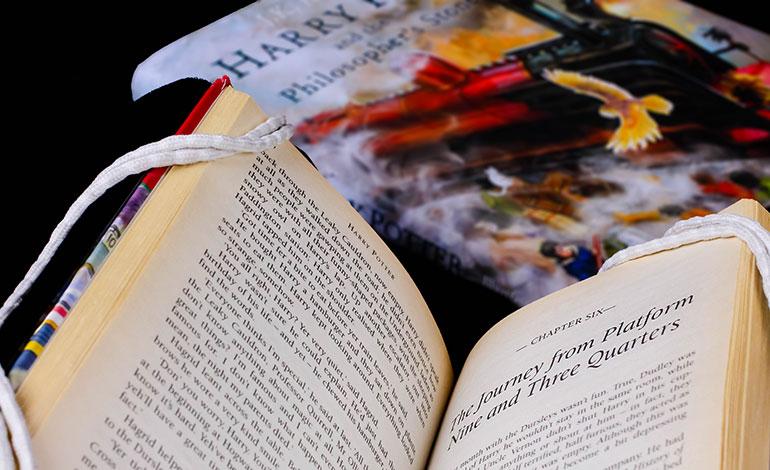 Sacerdotes queman libros de las sagas Harry Potter y Fascination