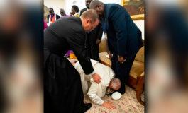 Papa besa zapatos de líderes rivales de Sudán del Sur