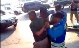 Policías arremeten contra motociclista que portaba la matrícula vencida (Video)
