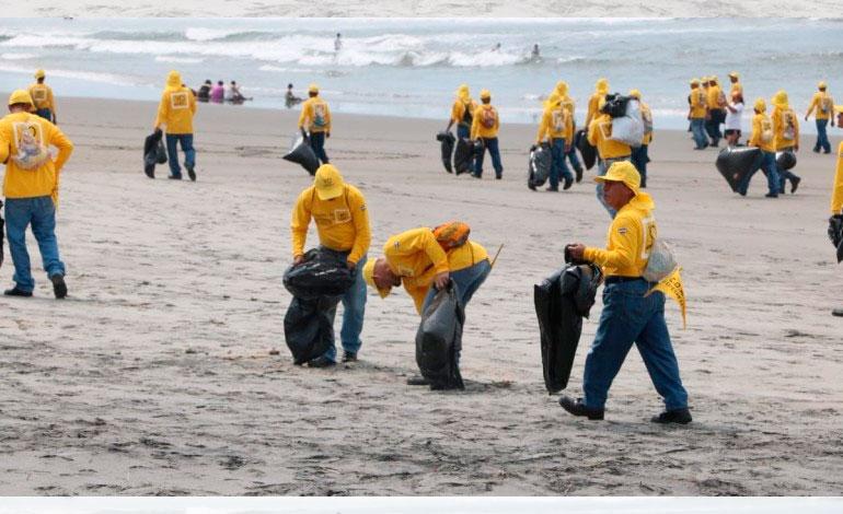 Presidiarios limpian las playas de El Salvador
