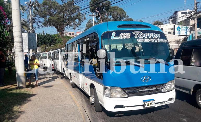 Transportistas paralizan unidades por cobro de extorsión en la capital