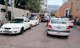 Taxistas se apoderan de calle aledaña al San Felipe ¿Y la Policía de Tránsito?