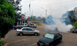 Encapuchados y policías se enfrentan en la UNAH (Video)