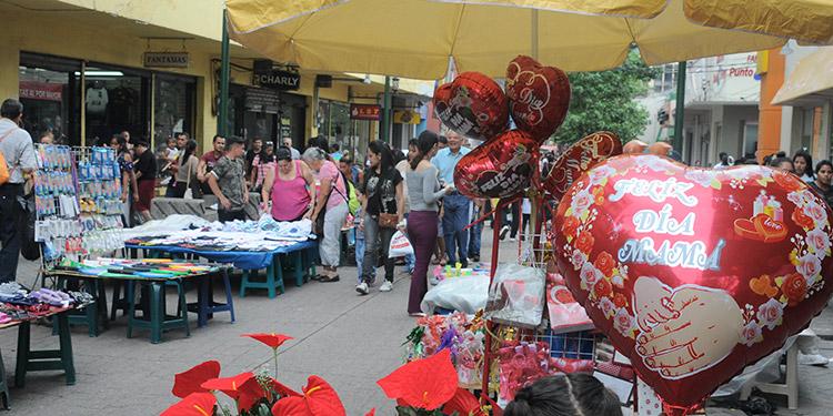 l centro de la capital desde ayer se encontraba adornado con rosas, globos, tazas, entre otros obsequios, por conmemorarse hoy el Día de la Madre.