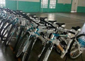 """La organización Cepudo entregó bicicletas a alumnos de escasos recursos económicos del instituto """"Genaro Muñoz""""."""