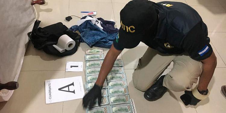 Agentes hicieron el conteo del efectivo que suma 159 mil 600 dólares, en denominaciones de 50 a 100.