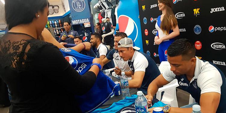 Centenar de personas esperaron la llegada de jugadores azules para hacerles sentir que están con ellos.