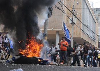 Los manifestantes quemaron llantas en las cercanías del Congreso Nacional.