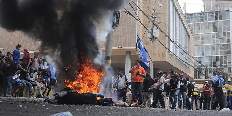 Con quema de llantas estudiantes se suman a protestas de maestros