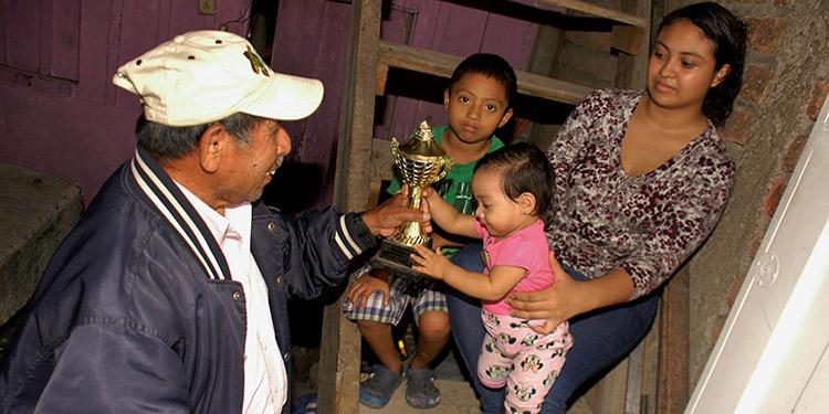 Celestino Mendoza mostró los trofeos y fotografías de su hijo, campeón en varias ocasiones de maratones de 10 y 15 kilómetros.