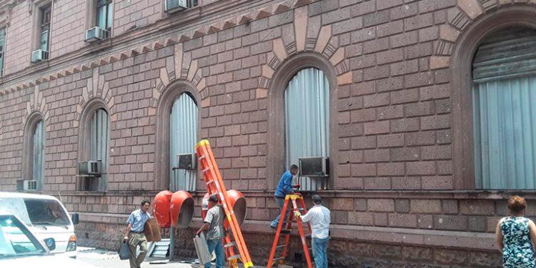 En el palacio de las Telecomunicaciones colocaron láminas en las ventanas.