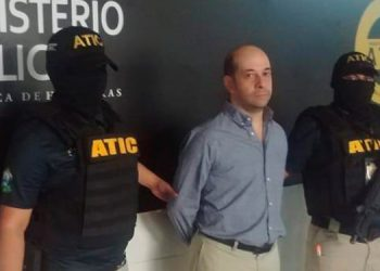 Roberto Alejandro Bandes Atuán, tras ser detenido fue trasladado a la ATIC y luego acompañado y custodiado por agentes lo presentaron ante el juzgado de Letras en Materia de Corrrupción.