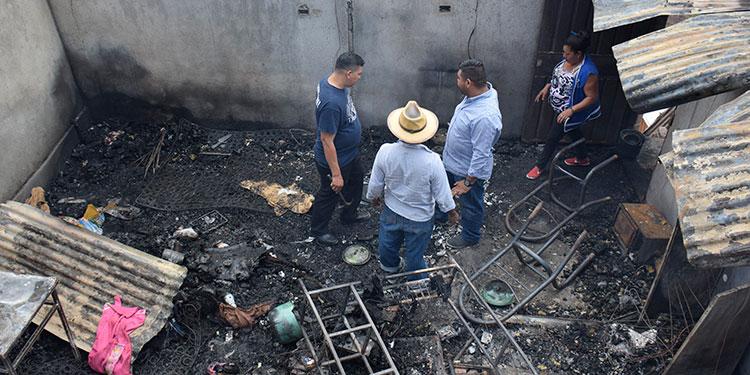 Los pobladores de la aldea Agua Blanca llegaron a la vivienda devastada por el incendio y lamentaron el incidente.
