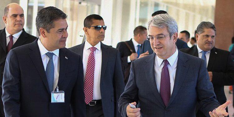 Presidente Juan Orlando Hernández, junto a Laurent Freixe, CEO de Nestlé para las Américas, en las instalaciones de la empresa Nestlé.