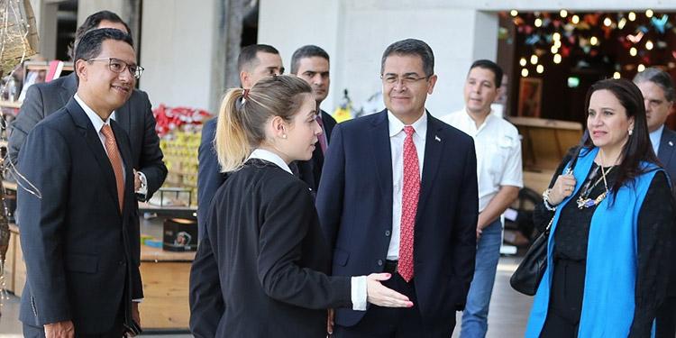El Presidente Juan Orlando Hernández, acompañado por la primera dama, Ana García de Hernández, junto a ejecutivos de Nestlé.