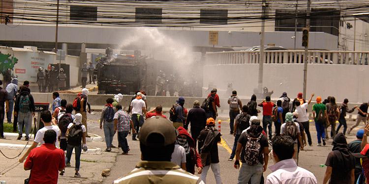 Las manifestaciones más grandes se realizaron en Tegucigalpa, donde incluso se paralizaron los vuelos en el aeropuerto Toncontín.