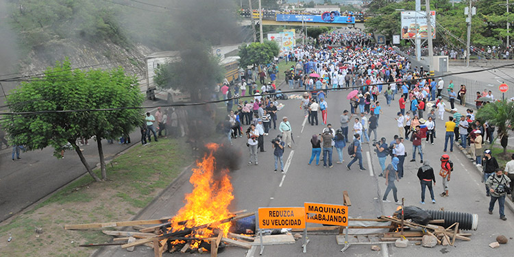 Médicos y maestros realizaron ayer una masiva protesta en la capital, en la que paralizaron el tráfico vehicular en bulevares por varias horas.