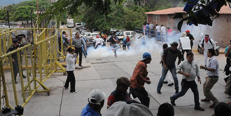Policía dispersa con gas una protesta de maestros y médicos en Honduras