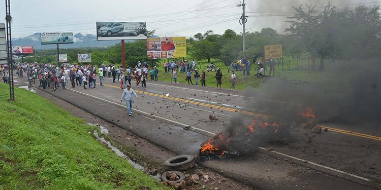 Prenden fuego a entrada de embajada de Estados Unidos en Honduras