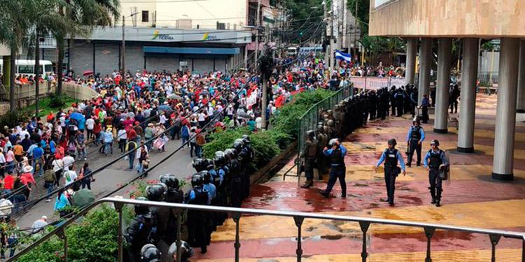 Los profesores llegaron hasta el Congreso Nacional a gritar consignas en contra de los decretos que exigen sean derogados.