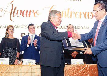 Momento en el que el galardonado, Salomón Salguero, recibe el premio de manos del presidente del CPH, Dagoberto Rodríguez.