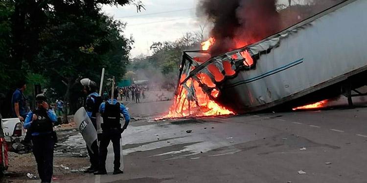CORTÉS. En el municipio de Villanueva, Cortés, los manifestantes, en su segundo día de protestas, volvieron a quemar una rastra.