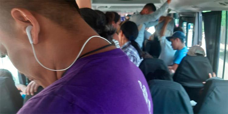 "Un microbús o ""rapidito"" de la ruta Tegucigalpa-Comayagua atestado de pasajeros."