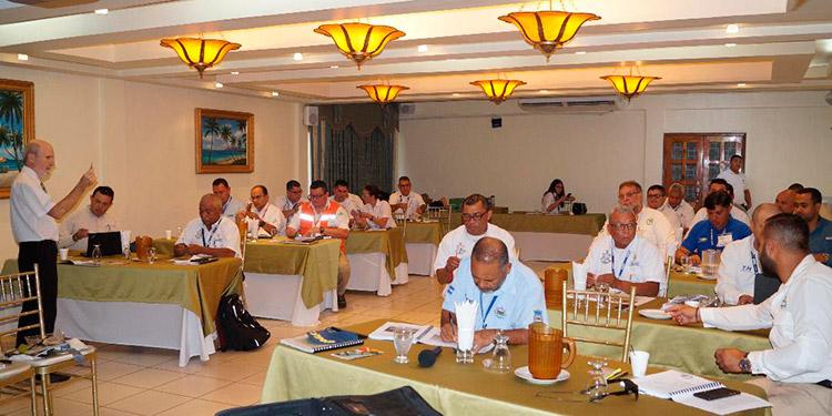 Los alumnos reciben el taller de parte del experto internacional.