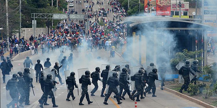 """Una """"batalla campal"""" se vivió en el sector de la Kennedy, al enfrentarse manifestantes y policías."""