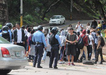 Los alumnos del Instituto 21 de Octubre colocaron piedras en la calle.