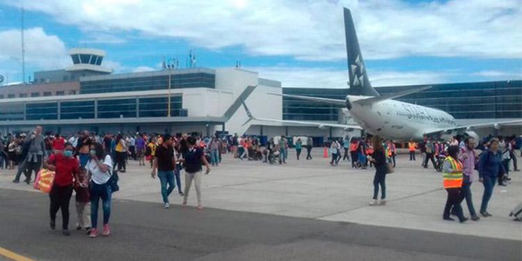 Viajeros y empleados de la terminal aeroportuaria corrían para escapar del humo.