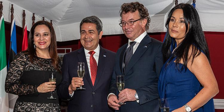 La Primera Dama, Ana García de Hernández, el  Presidente Juan Orlando Hernández, el embajador Alessandro Palmero y su esposa Myriam Waittiez.