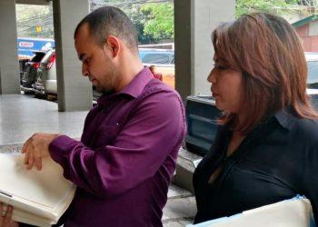La abogada Ritza Antúnez cuando se presentaba al MP a presentar evidencia que sustenta una denuncia por manipulación de pruebas por parte del órgano acusador.