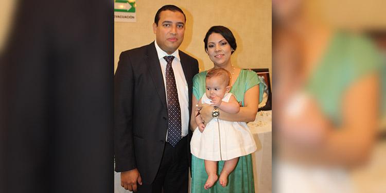 Guillermo Valladares y Johana de Valladares cargando en brazos a la pequeña Mariel Eliana.