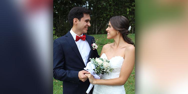 Diego y Daniela disfrutan su luna de miel en la bella isla de Roatán.