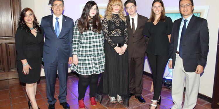 Belinda Ortiz Gallardo, presidente Juan Orlando Hernández, Sharon Montenegro, Suyapa Montenegro, Jimy Montenegro, Andrea Matamoros, Eval Díaz.