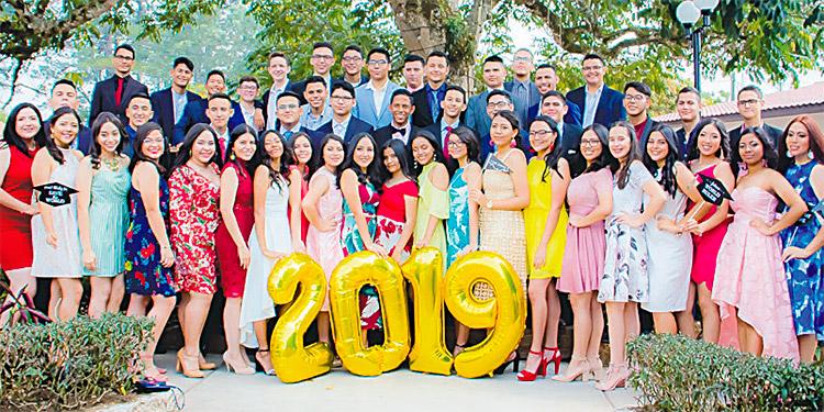 La clase 2019 posó para la foto del recuerdo en su primera reunión de despedida celebrada en Villa Gracia.
