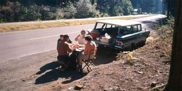 Al aire libre. Acobijados entre pinares y a orilla de carretera, en un ayer las familias, en franca comunión, hacían sus pic-nic. ¿Mira usted, mi fino lector, esta estampa ahora?