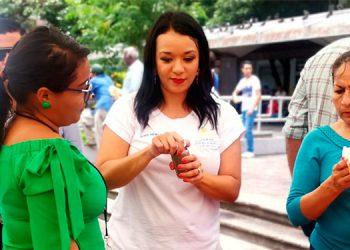 La viceministra de Sedis, Doris Mendoza, organizadora de la feria, en uno de los puestos de venta en el parque Central de Tegucigalpa.