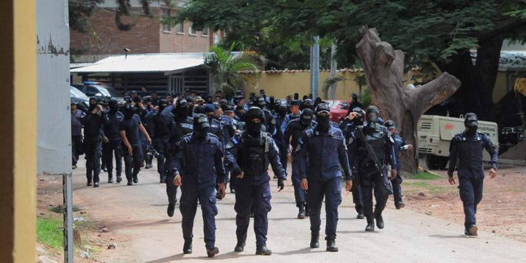 """El acuartelamiento de los agentes de Fuerzas Especiales comenzó la noche del martes, el miércoles pasado pronunciaron sus demandas y ayer proseguían con el paro de """"fusiles caídos""""."""