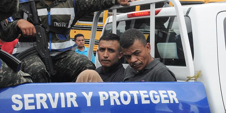 Los capturados, Raúl Francisco Ortega Castro y Ermi Noé Rivera Velásquez, en la patrulla.