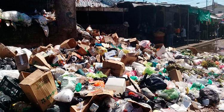 """La """"montaña"""" de basura en el mercado Inmaculada Concepción de la ciudad de Choluteca, podría desencadenar una epidemia."""