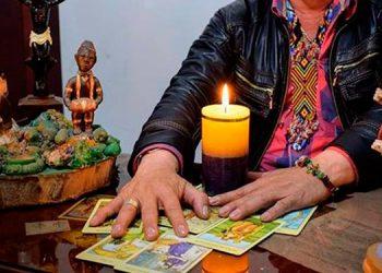 La oferta principal de algunos embaucadores en redes sociales es que conectan con el alma y aura a través del tarot y con ayuda de guías santos, espíritus y péndulo.