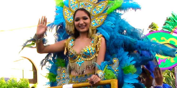 La reina del carnaval de Tela, Estefany López, lució muy bella.