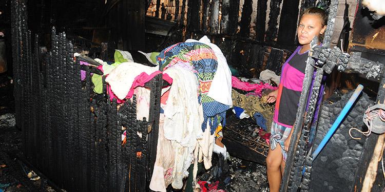 Jeny Lizeth Domínguez Sánchez, con nostalgia muestra como el fuego arrasó no todos los enseres de la familia.