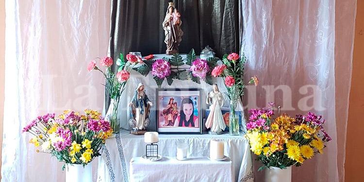 Este es el altar de oración familiar rogando por eterno descanso y justicia divina para Sherill Yubissa Hernández Mancía, agente de la ATIC que hoy cumple un año de su muerte.