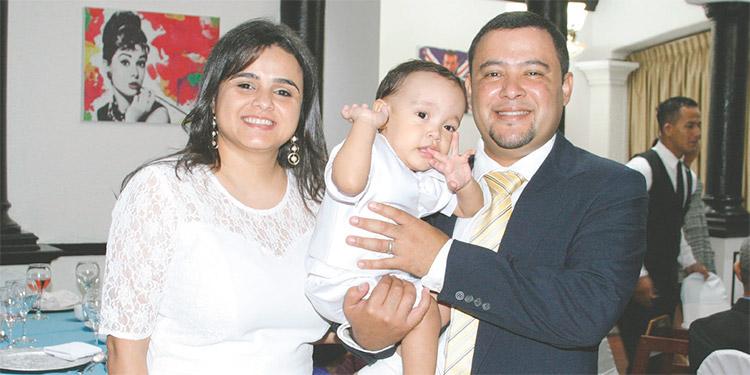 Karen Alvarado y Carlos Durán cargando en brazos a su pequeño Carlos José.