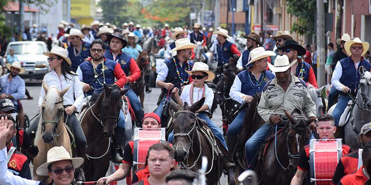 El desfile hípico es una de las principales atracciones de la feria.