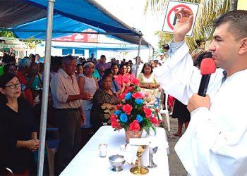 """Los locatarios del mercado municipal de Tela, Atlántida, participaron con reverencia en la misa de acción de gracias en el """"Día de San Antonio""""."""